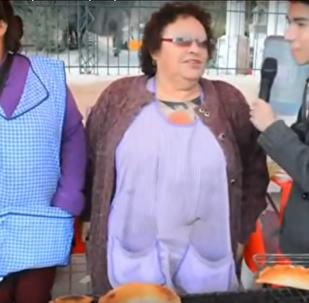 Un perro roba una empanada en Chile