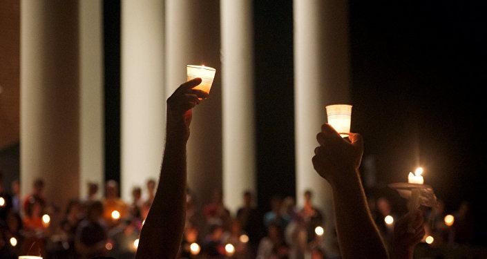 Miembros de la comunidad de Charlottesville rinden homenaje a las víctimas de las protestas en Virginia, EEUU