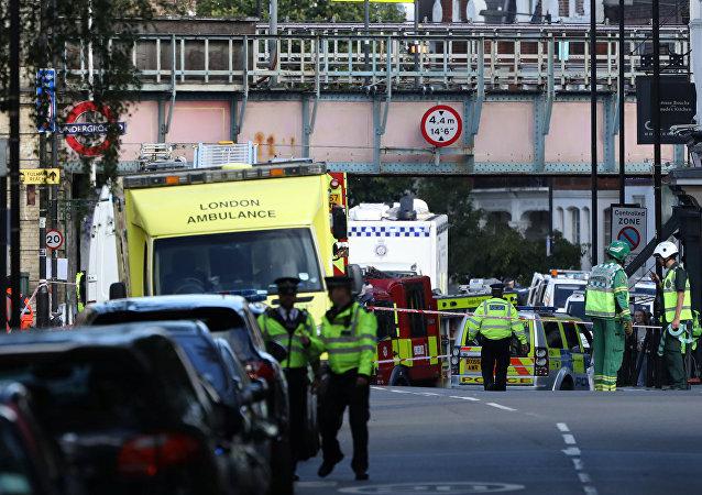 Policía y equipos de emergencia en Londres