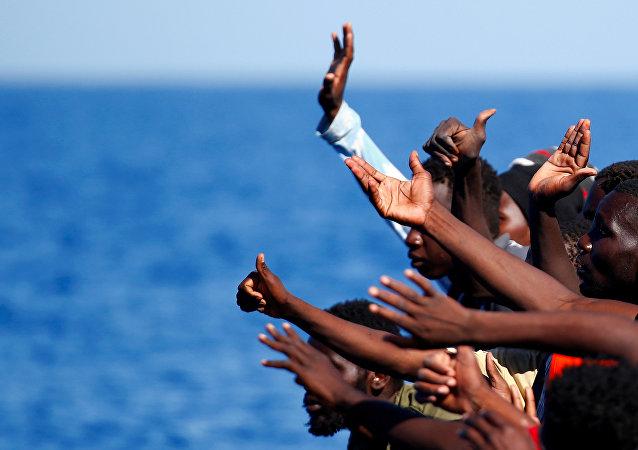 Los migrantes en un barco en el Mediterráneo
