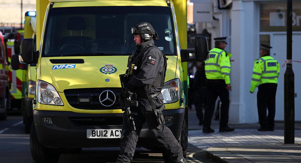 Un policía junto al equipo de emergencia en Londres, el Reino Unido