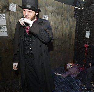 Un hombre vestido de Jack el Destripador