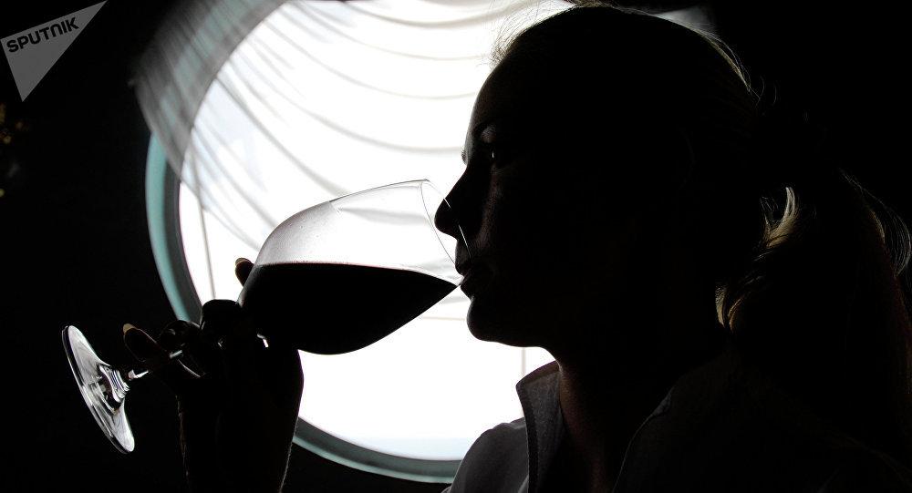 Una mujer degustando vino (imagen referencial)