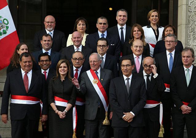 El presidente peruano, Pedro Pablo Kuczynski, junto al nuevo gabinete de ministros del país