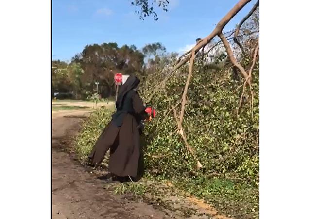 La monja de Miami con una motosierra que ayuda a limpiar la ciudad tras el paso de Irma