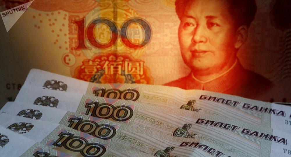 Rublos y yuanes (las monedas rusas y chinas)