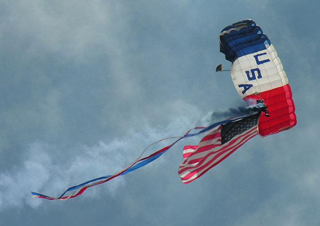 Un paracaidista con la bandera de EEUU