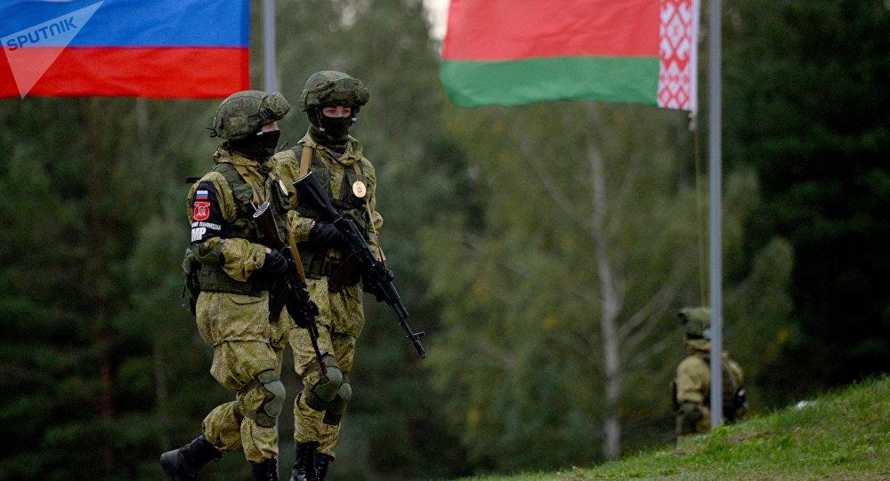 Militares y banderas de Rusia y Bielorrusia (archivo)