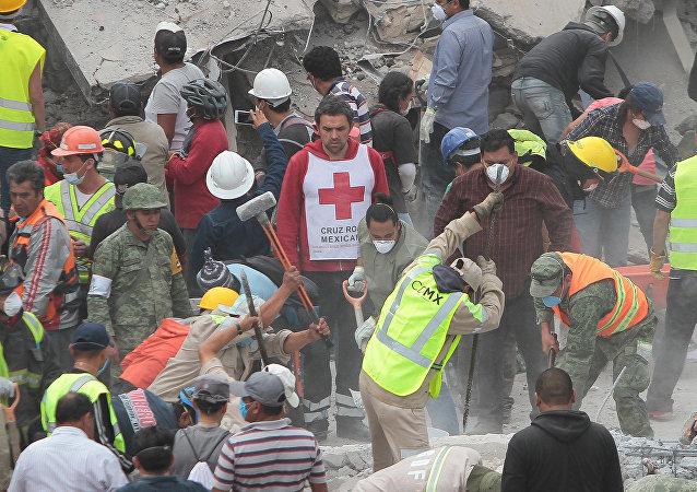 Labores de rescate en el edificio colapsado tras el terremoto en México