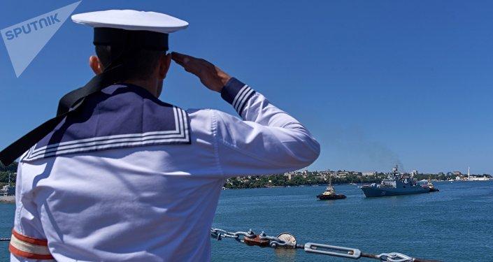 Un marinero ruso saluda la fragata Almirante Essen en Sebastopol, Rusia (archivo)