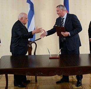 Los vicepresidentes del Gobierno de Cuba, Ricardo Cabrisas, y de Rusia, Dmitri Rogozin