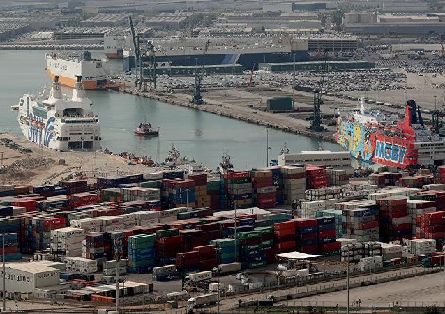 Cruzeros Rhapsody y Moby Dada en el puerto de Barcelona