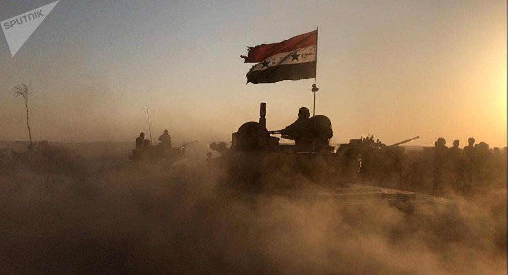 Tanque del Ejército de Siria con la bandera nacional en las afueras de Deir Ezzor (archivo)