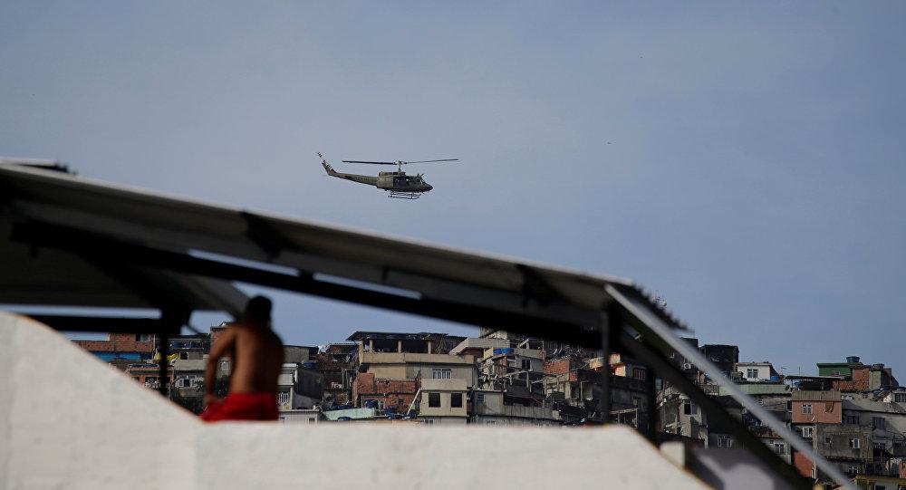 Helicóptero de la Fuerza aérea de Brasil en Rocinha