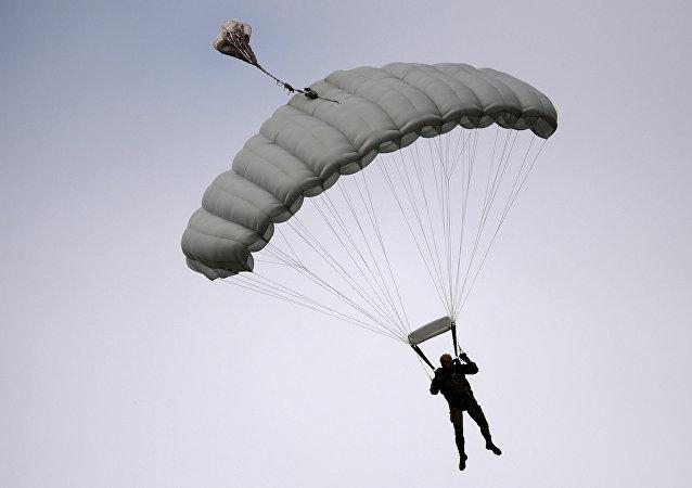 Un paracaidista (Archivo)