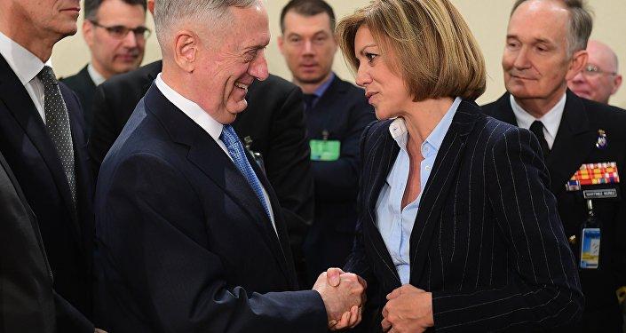 James Mattis, secretario de Defensa de EEUU y la ministra de Defensa de España, María Dolores de Cospedal (archivo)
