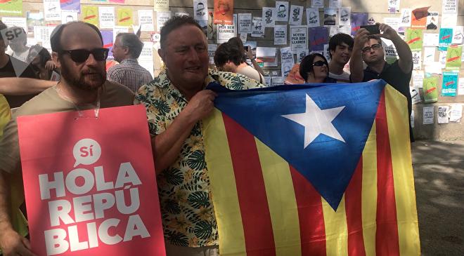 La manifestación del 24 de septiembre en Plaza Universitat pilló a los turistas desprevenidos. En la imagen, a la derecha, un escocés agarrando una bandera independentista.