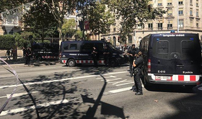 Un operativo de los Mossos d'Esquadra cortando el acceso a una manifestación multitudinaria a favor del referéndum en Cataluña cerca de Plaza Universitat