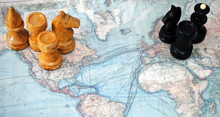 Varias piezas de ajedrez sobre un mapa
