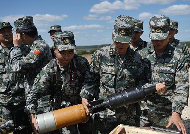 Militares chinos se preparan para el biatlón de tanques
