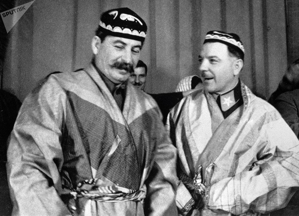 Iósif Stalin con Kliment Voroshílov