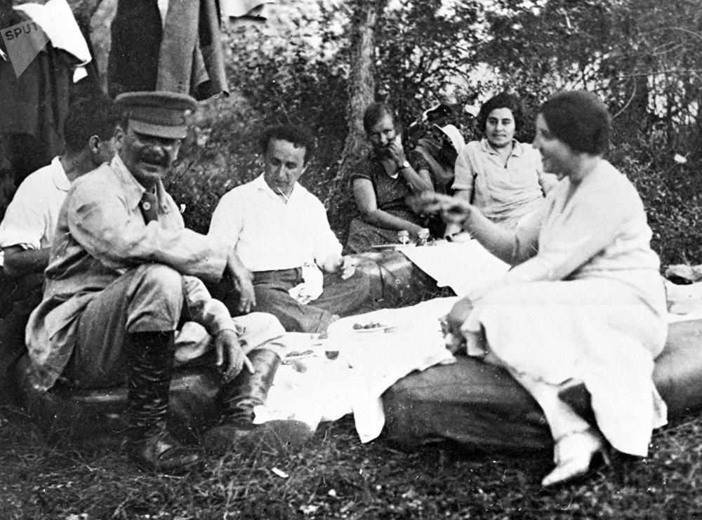 Iósif Stalin con su esposa y amigos