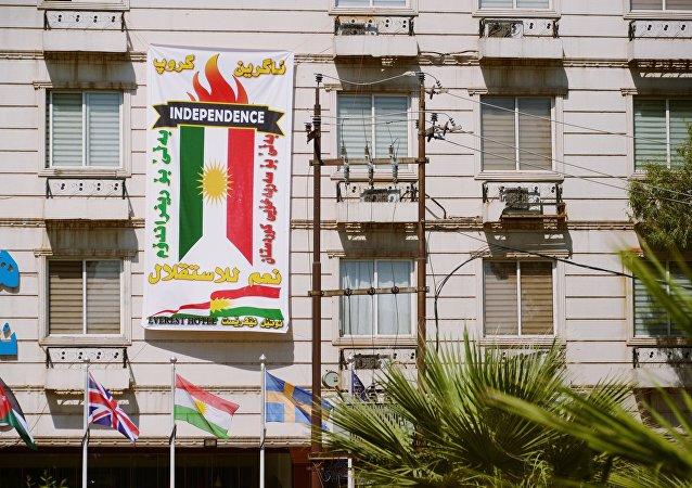 El cartel con la bandera de Kurdistán iraquí