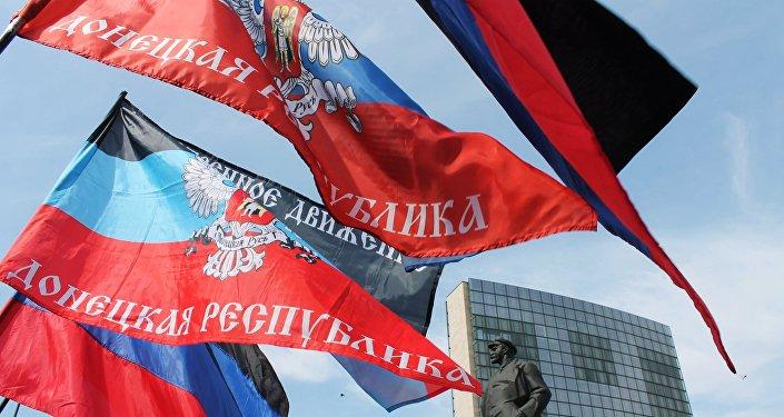 Las banderas de la autoproclamada República Popular de Donetsk (archivo)