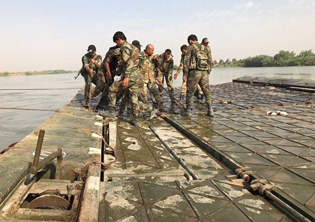 Ejército sirio cruza el río Éufrates al este de Deir Ezzor