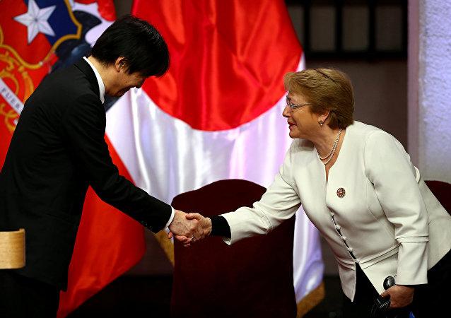 La presidenta de Chile, Michelle Bachelet, y el príncipe Akishino de Japón