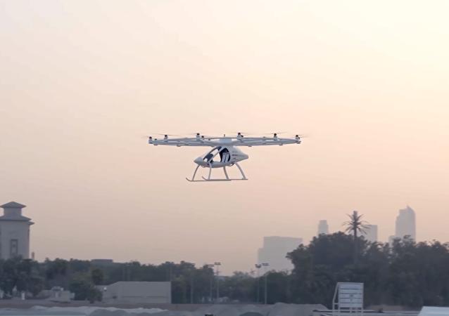 El taxi volador de Volocopter durante su primer vuelo público en Dubái