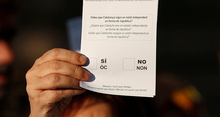 Un participante de protestas muestra el formulario del referéndum en Cataluña, España