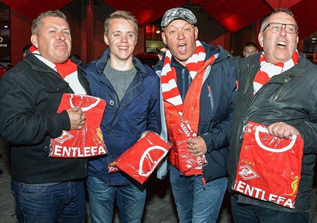 Hinchas del Liverpool reciben regalos de los rusos