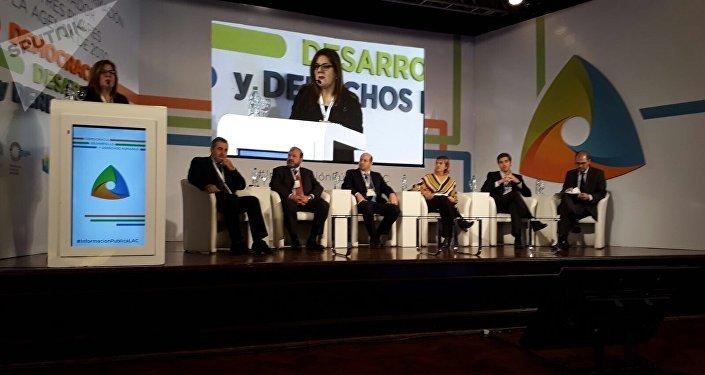 La periodista paraguaya Mabel Rehnfeldt modera el panel sobre democracia en el que participa además Edison Lanza entre representantes de los gobiernos argentino y uruguayo, del PNUD y de Brasil