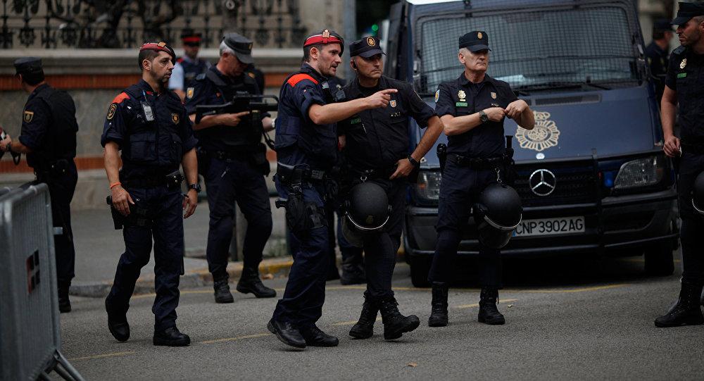 Un agente de Mossos d'Esquadra (policia catalana) habla con su colega de la Policía Nacional española en Barcelona