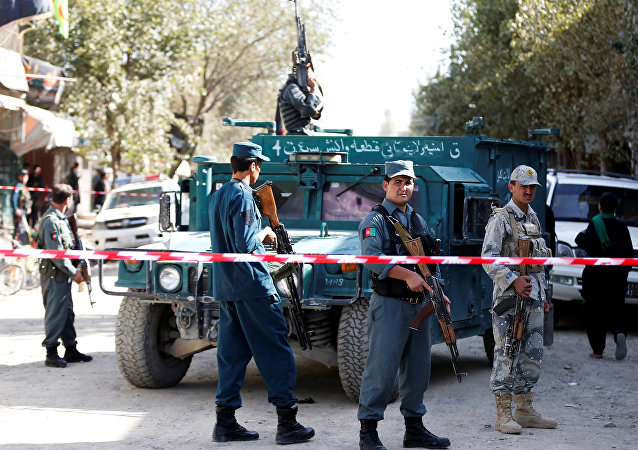 Policía afgana en el lugar del ataque suicida en Kabul