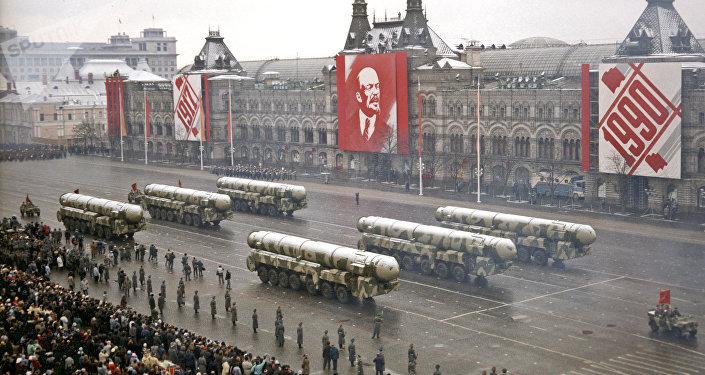 Misiles balísticos intercontinentales soviéticos durante el desfile militar con motivo de la Gran Revolución Socialista de Octubre en 7 de noviembre de 1990