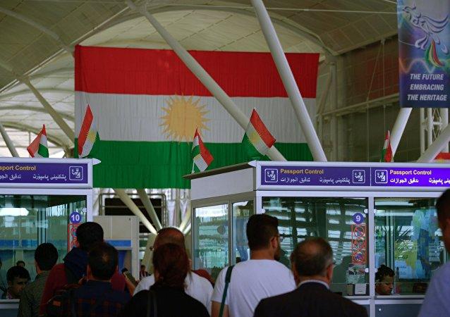 Bandera de Kurdistán iraquí en el aeropuerto internacional de Erbil