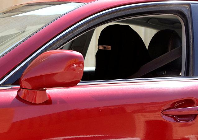 Mujer conduce un coche en Arabia Saudí