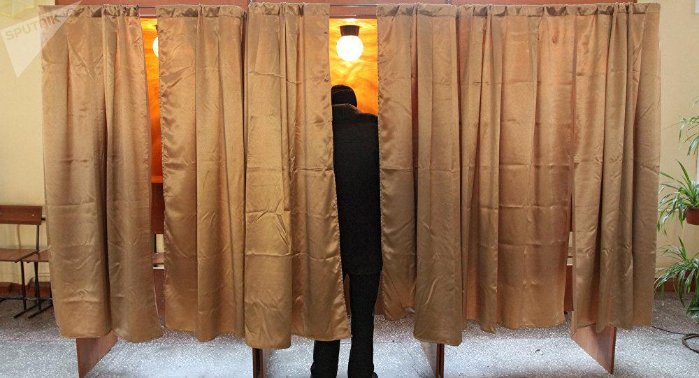 Una persona votando