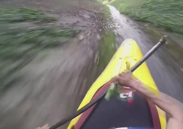 Deportistas se deslizan en kayak por desagüe hasta desembocar en un lago