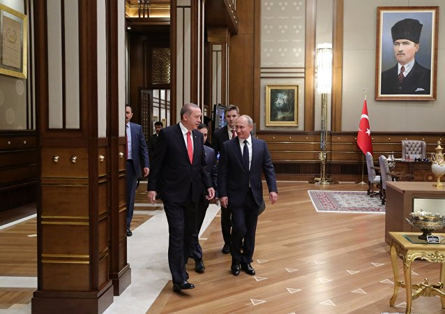 El presidente de Rusia, Vladímir Putin (derecha), junto con su par turco, Recep Tayyip Erdogan, durante su reunión en el Palacio Presidencial en Ankara, Turquía