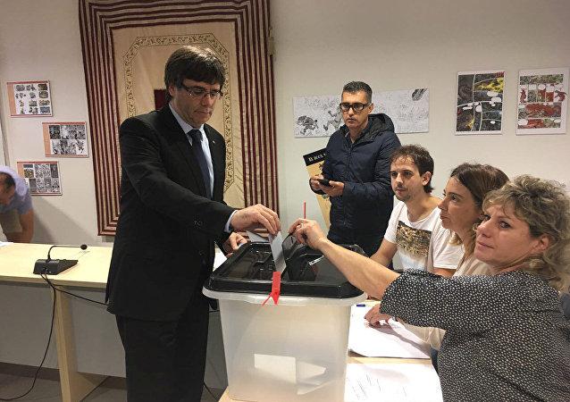 Carles Puigdemont consigue votar en el referéndum de autodeterminación catalán