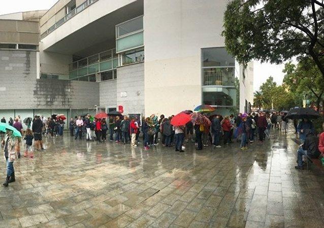 La gente hace cola para votar en el referéndum en la escuela Fort Pienc en Barcelona