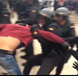 Fuertes imágenes: tensión entre policía y votantes del referéndum en Barcelona