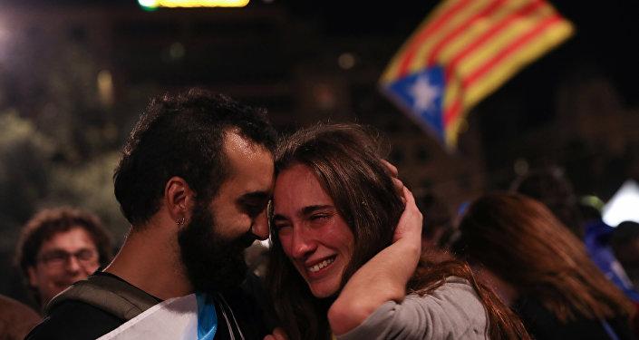 La gente celebra el referéndum en Plaza Cataluña