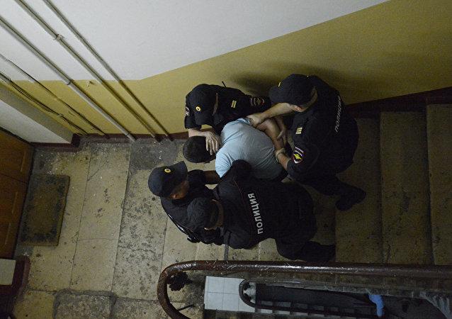 Policía rusa arresta a una persona en Moscú