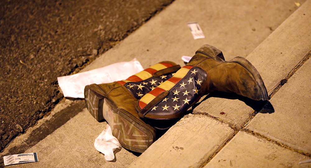 Las botas con la bandera de EEUU en la cale tras el tiroteo en Las Vegas