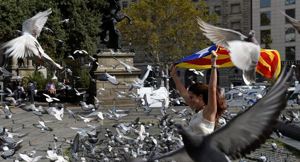 Una mujer con la bandera de Cataluña