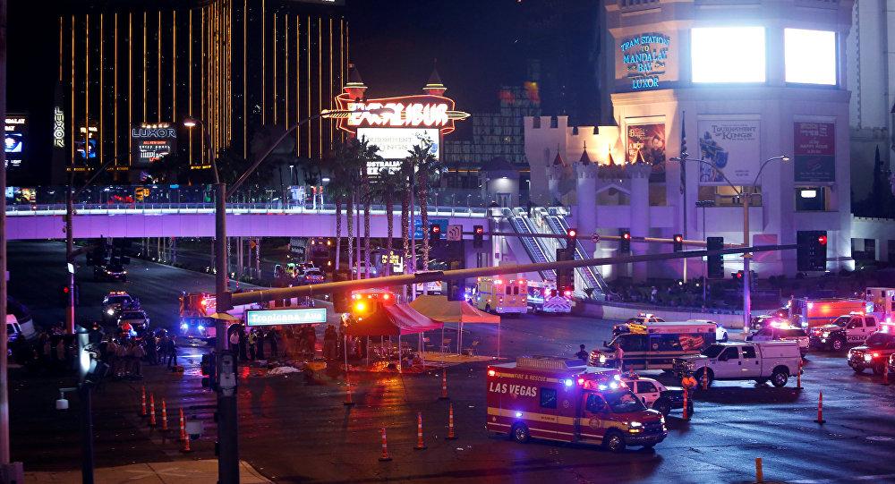 Policía y ambulancia en el lugar del tiroteo en Las Vegas, EEUU